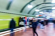 Menschen warten auf eine einfahrende U-Bahn am Hauptbahnhof in Hamburg