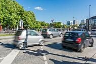 Autos fahren am Dammtor in Hamburg an einer Ampel vorbei