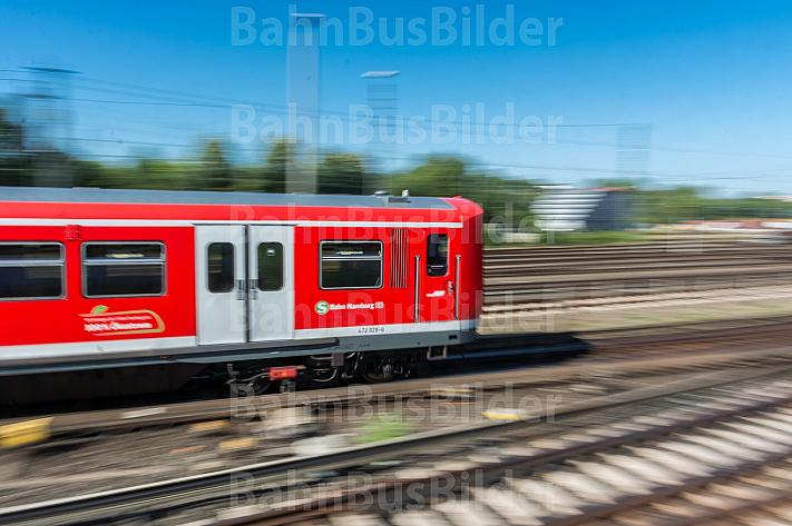 Ein S-Bahn-Zug der Baureihe 472 in Hamburg mit Bewegungsunschärfe