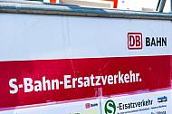 Hinweisschild auf S-Bahn-Ersatzverkehr am Bahnhof Sternschanze in Hamburg