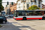 Bus der Hochbahn an der Holstenstraße in Hamburg
