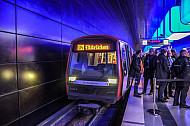 Der Eröffnungszug zum neuen U-Bahnhof Elbbrücken kurz vor der Abfahrt an der HafenCity Universität