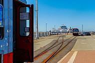 Kurswagen der Deutschen Bahn und Triebwagen der NEG im Fährbahnhof Dagebüll Mole in Schleswig-Holstein