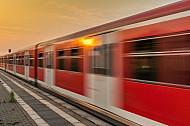 Ein S-Bahn-Zug rattert in Hamburg in den Sonnenuntergang