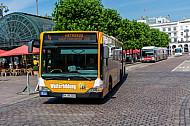 Metrobus der Linie M4 am Rathausmarkt in Hamburg