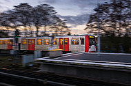 Ein U-Bahn-Zug vom Typ DT3 fährt aus der Haltestelle Wandsbek-Gartenstadt in Hamburg