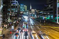 Auto- und Linienbusverkehr bei Nacht auf der Willy-Brandt-Straße am Rödingsmarkt in Hamburg
