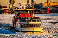Hafenfähre Hafencity auf der vereisten Elbe in Hamburg