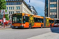 Metrobus der Linie M6 am Hamburger Rathausmarkt