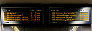 Eine elektronische Anzeigetafel mit Abfahrtszeiten der U-Bahnlinien U1, U2 und U4 am Jungfernstieg in Hamburg