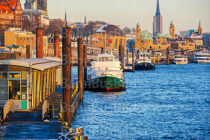 Hafenfähre Kirchdorf - das historische Typschiff der Hadag am Betriebsanleger in Hamburg
