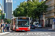 Menschen warten an einem Metrobus der Linie M4 am Grindelhof in Hamburg