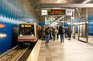 Menschen steigen in der HafenCity in eine U-Bahn