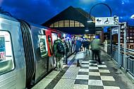 Menschen steigen in einen U-Bahnzug am Bahnhof Mundsburg in Hamburg