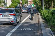 Ein Fahrradfahrer fährt auf einem eigenen Radfahrstreifen an einem Stau in der Edmund-Siemers-Allee in Hamburg vorbei