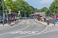 Bushaltestelle Stephansplatz in Hamburg in der Straßenmitte mit dem Dammtorbahnhof im Hintergrund