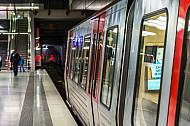 Ein U-Bahn-Zug vom Typ DT5 an der Haltestelle HafenCity Universität vor einem gesperrten Gleis Richtung Elbbrücken