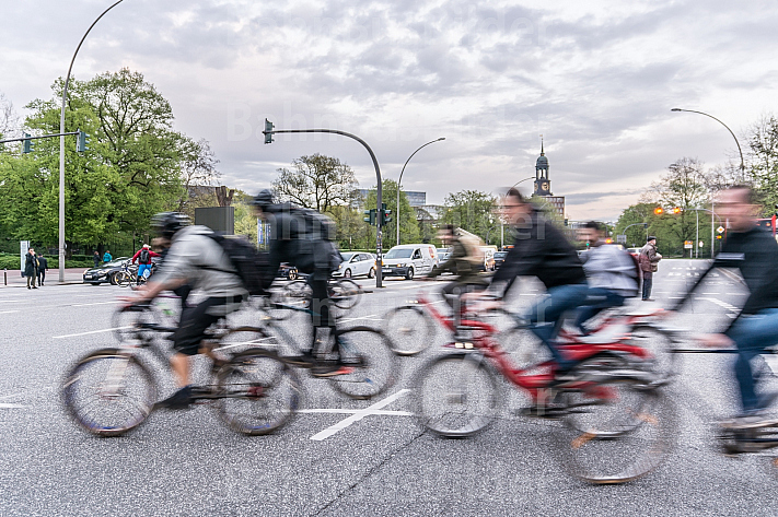 Zahlreiche Fahrradfahrer überqueren die Reeperbahn am U-Bahnhof St. Pauli in Hamburg