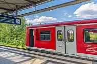 Ein Hamburger S-Bahn-Zug der betagten Baureihe 472 in der Haltestelle Allermöhe