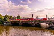 Regionalzug auf der Lombardsbrücke in Hamburg