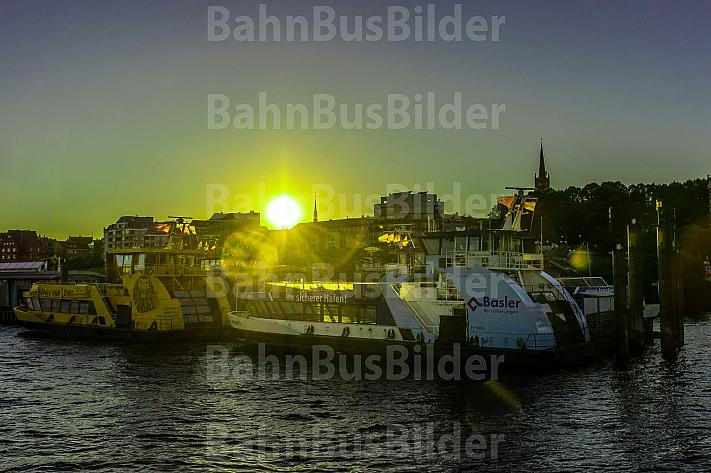 Zwei Hafenfähren der Hadag vom Typ 2000 am Betriebsponton der Hadag am Hamburger Fischmarkt