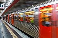 U-Bahn fährt in Bahnhof St. Pauli in Hamburg ein