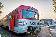 Ein Diesel-Triebwagen der AKN an einem beschrankten Bahnübergang an der Haltestelle Barmstedt Brunnenstraße in Schleswig-Holstein