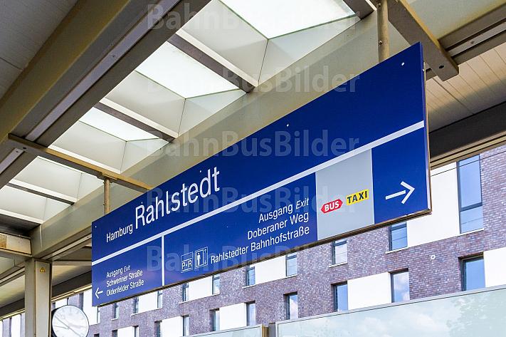 Stationsschild am Bahnhof Hamburg-Rahlstedt