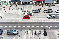 Schmale Fahrbahn - viel Platz für Fußgänger und Badfahrer. Beispiel für moderne Verkehrsplanung an der Osterstraße in Hamburg