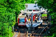 Menschen steigen in U-Bahn am Borgweg in Hamburg