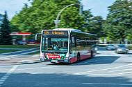 Ein Hochbahn-Bus der Linie 179 biegt in der City Nord in Hamburg ab