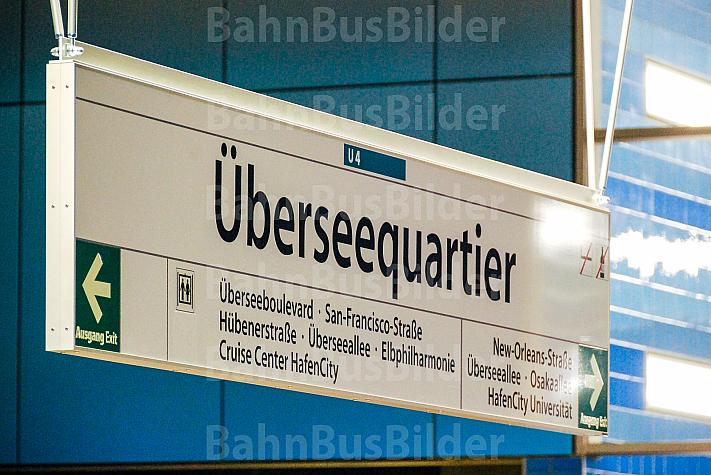 Stationsschild in der U-Bahnhaltestelle Überseequartier in der HafenCity in Hamburg