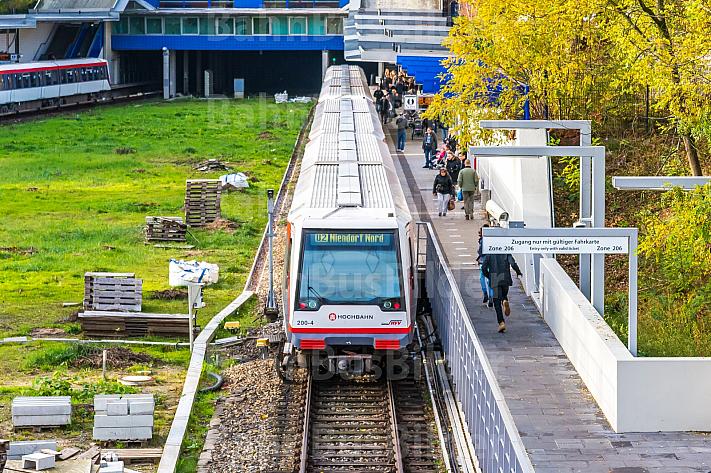 Zwei U-Bahnzüge der Linie U2 an der Haltestelle Legienstraße in Hamburg vor einer Tunneleinfahrt