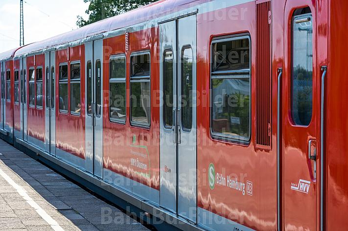 Ein frisch lackierter Zug der betagten Hamburger S-Bahn-Baureihe 472