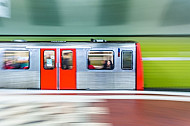Ein U-Bahn-Zug vom Typ DT3 in der Tunnelhaltestelle Hauptbahnhof Süd in Hamburg