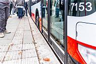 Bus in Hamburg hält an Haltestelle mit Spezial-Bordstein