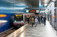 Menschen steigen in einen Zug der Linie U4 in der Haltestelle Überseequartier in Hamburg