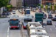 Busse aus der Volgelperspektive am Stephansplatz in Hamburg