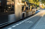 Ein Linienbus direkt neben einem Fahrrad-Schutzstreifen in der Feldstraße in Hamburg