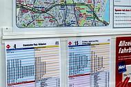 Fahrplanaushang an Bushaltestelle in Hamburg