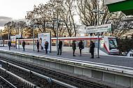 Menschen warten am U-Bahnhof Wandsbek-Gartenstadt in Hamburg auf ihren Zug
