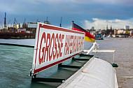 Schild auf einer Hadag-Hafenfähre
