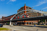U-Bahn auf Viaduktstrecke am Baunwall im Hamburger Hafen