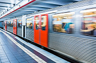 Ein U-Bahn-Zug vom Typ DT3 fährt in die Haltestelle St. Pauli ein