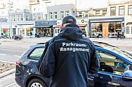 Ein Mitarbeiter des Parkraum-Managements kontrolliert in der Osterstraße in Hamburg parkende Autos