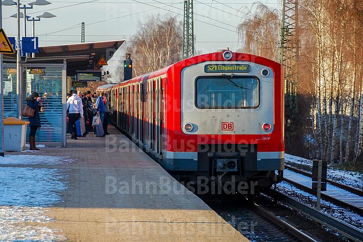 Menschen warten am Bahnhof Eidelstedt in Hamburg auf eine S-Bahn