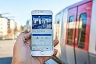 Die Facebook-Seite der Hochbahn in einem Hamburger U-Bahnhof