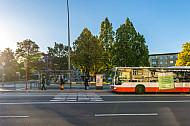 Menschen warten auf einen Metrobus in Hamburg