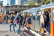 Menschen steigen am U-Bahnhof Landungsbrücken in Hamburg aus einem Zug