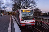 Ein U-Bahn-Zug der Linie U1 steht in der Haltestelle Wandsbek-Gartenstadt in Hamburg